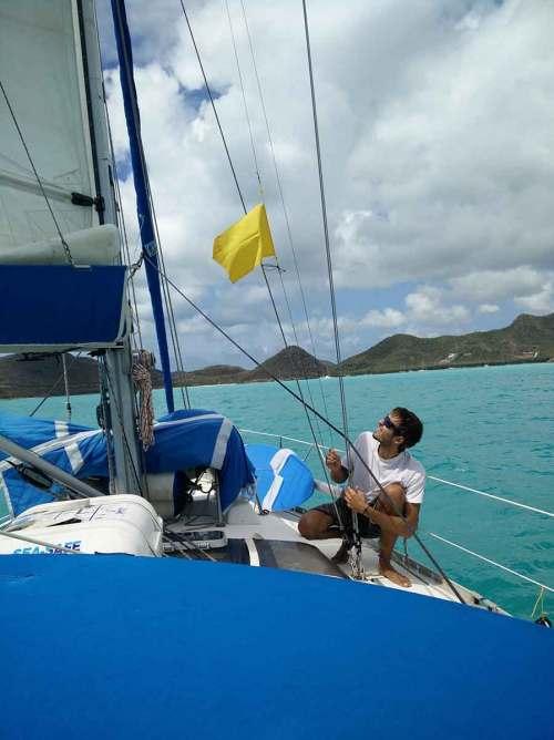 Damien hisse le drapeau jaune des formalités avant d'arriver à Antigua.