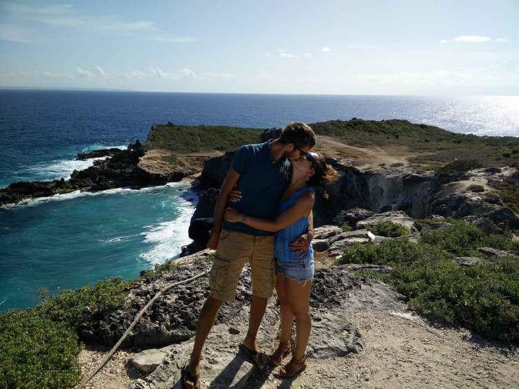 Au sommet de la Pointe des Châteaux en Guadeloupe, avec un point de vue sur Marie-Galante et les îles aux alentours.