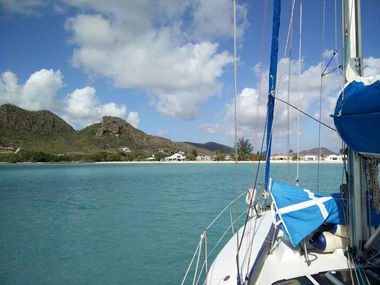 Mouillage devant les plages du port de Jolly Harbour à Antigua.
