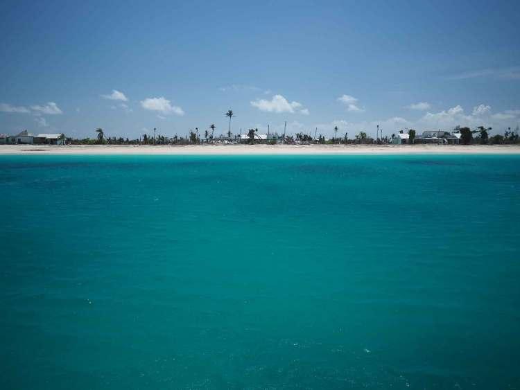 Plage de sable blanc sur l'île de Barbuda aux Antilles.
