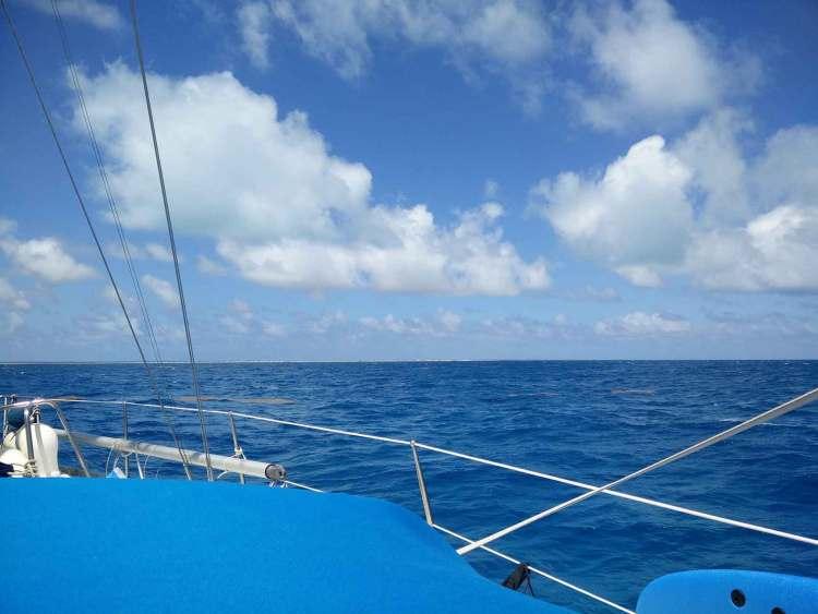 Navigation à l'approche de Barbuda, avec ses plages au ras de l'eau.
