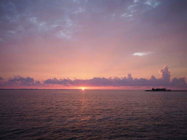 Coucher de soleil sur la baie de Clarence Town, sur Long Island aux Bahamas.