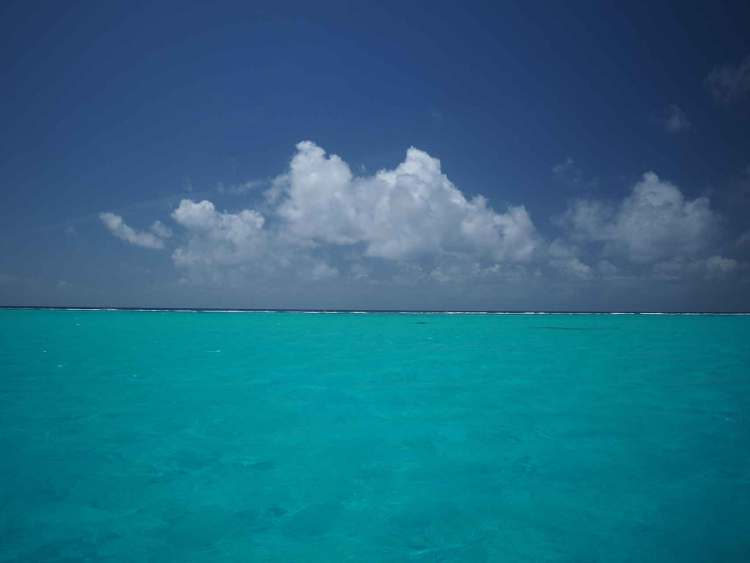 Immense lagon bleu turquoise de Mayaguana aux Bahamas.