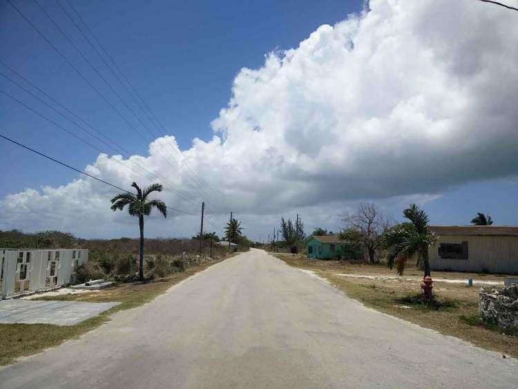 Rue déserte aux Bahamas sur Mayaguana.