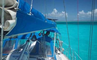 Manwë au mouillage sur l'île de Mayaguana aux Bahamas.