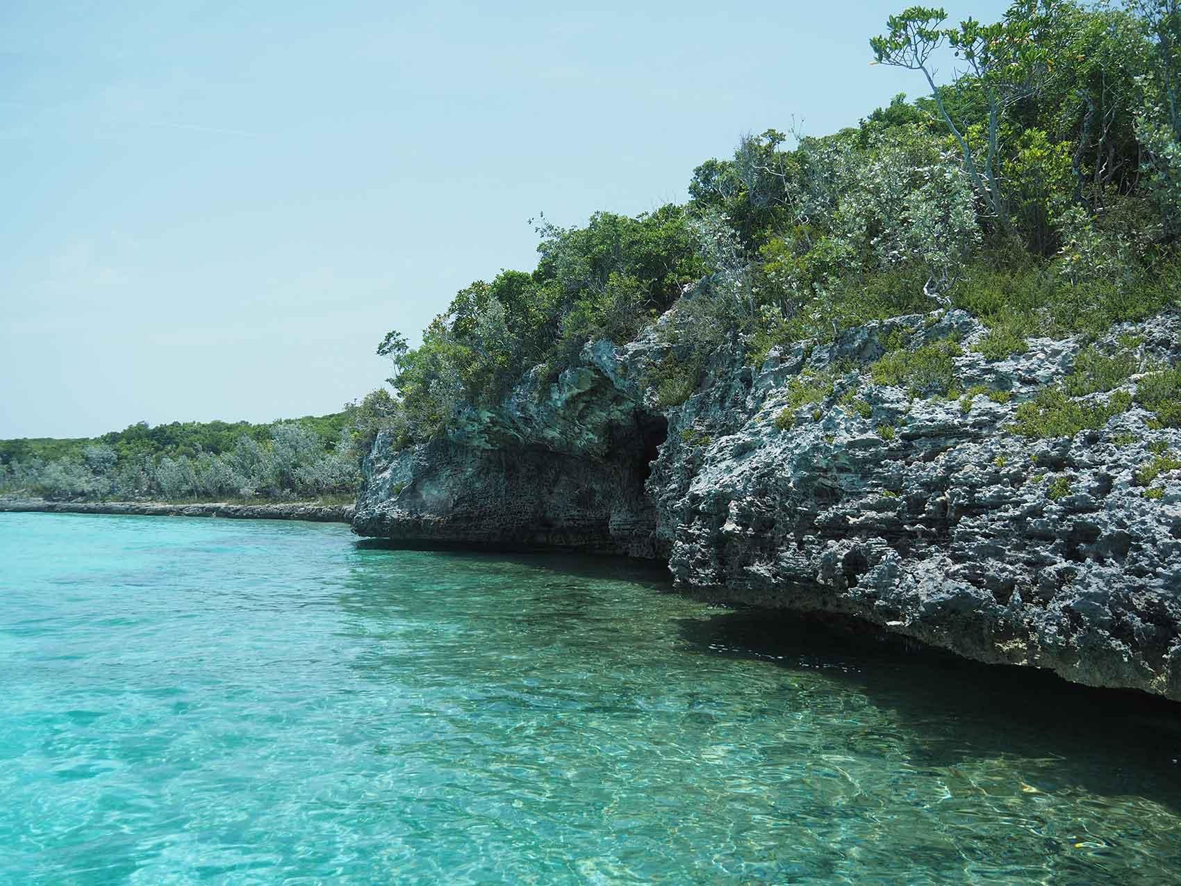 Rivage de l'île de Big Major's Spot aux Exumas, Bahamas.