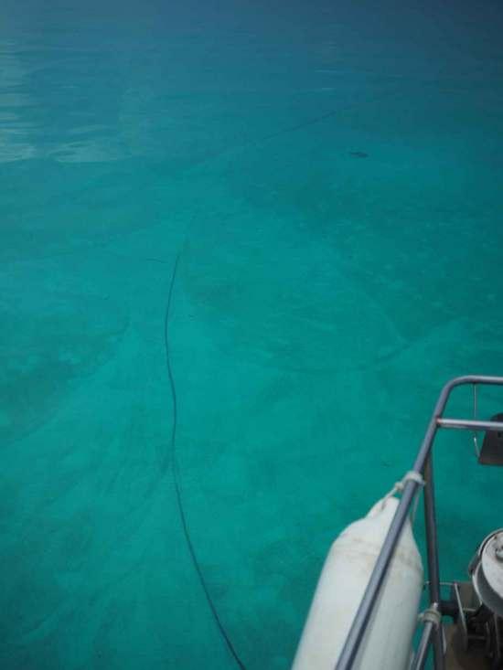 Notre ligne de mouillage dans l'eau turquoise des Bahamas.