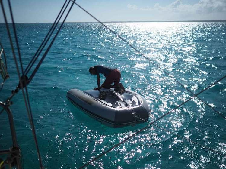 Nettoyage de l'annexe par Damien aux Bahamas.