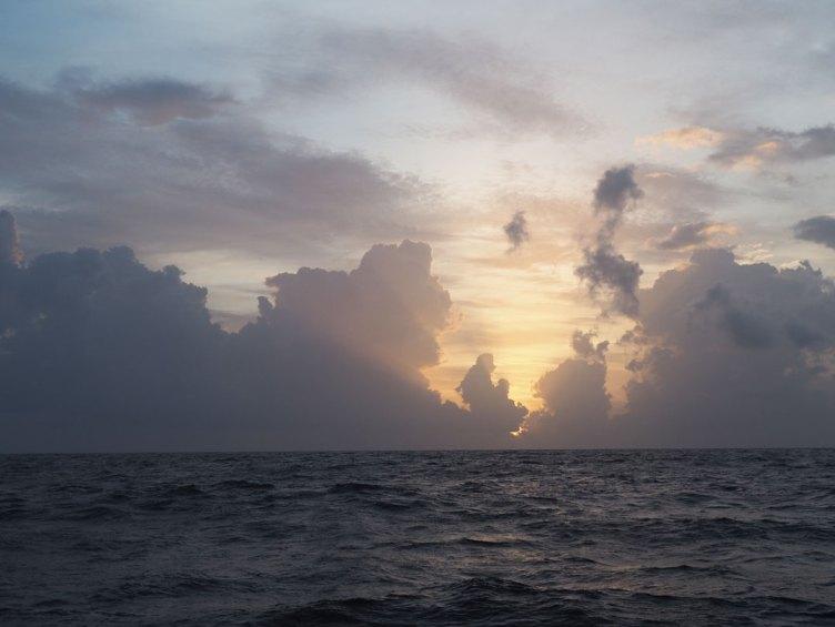 Lever de soleil sur la mer des Caraïbes au large de l'Amérique centrale.