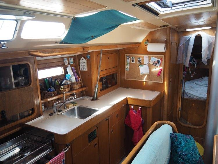 La cuisine de notre voilier, un Océanis 390.