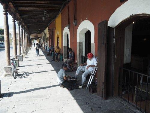 Des cireurs de chaussures près du parc central de la ville d'Antigua Guatemala.