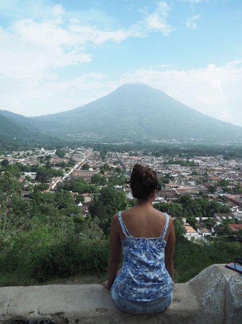 Sur le mirador d'Antigua Guatemala avec vue depuis ses hauteurs et sur le volcan Agua.