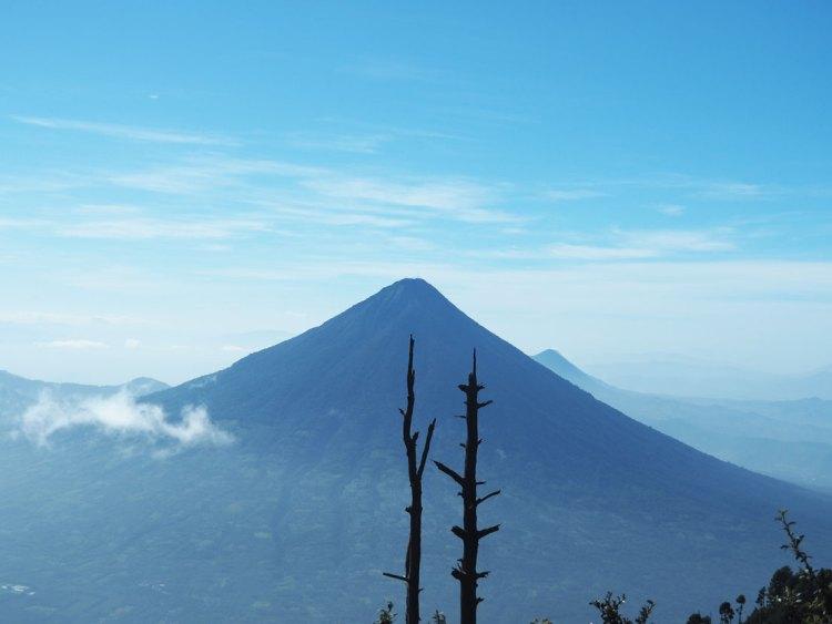 Le volcan Agua au sud de la ville d'Antigua Guatemala.