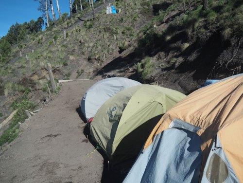 Camp de base sur les flancs du volcan Acatenango au Guatemala.