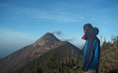 Damien au camp de base de l'Acatenango, face au volcan Fuego.