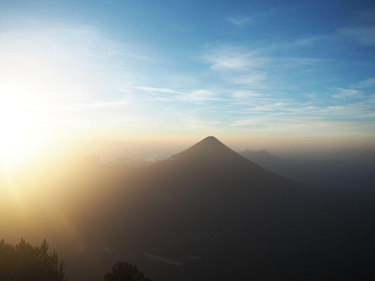 Magnifique lever de soleil sur l'Agua depuis le sommet du volcan Acatenango au Guatemala.