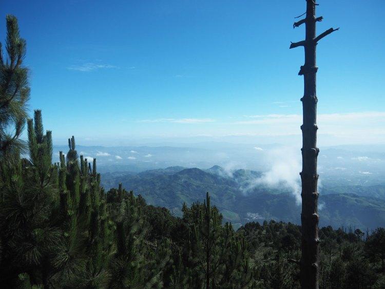 La vallée d'Antigua depuis le volcan Acatenango au Guatemala.