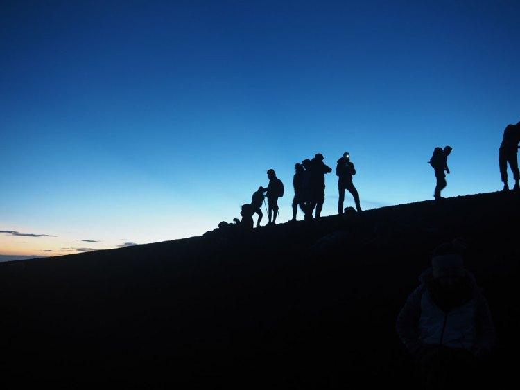 Randonneurs au sommet du volcan Acatenango au Guatemala, avant le lever du soleil.