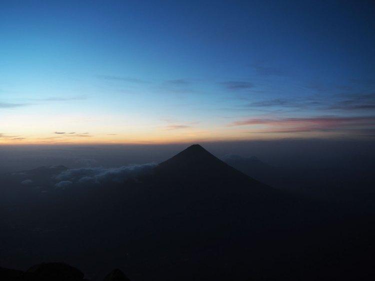 L'Agua face à l'Acatenango au Guatemala, avant le lever du soleil.