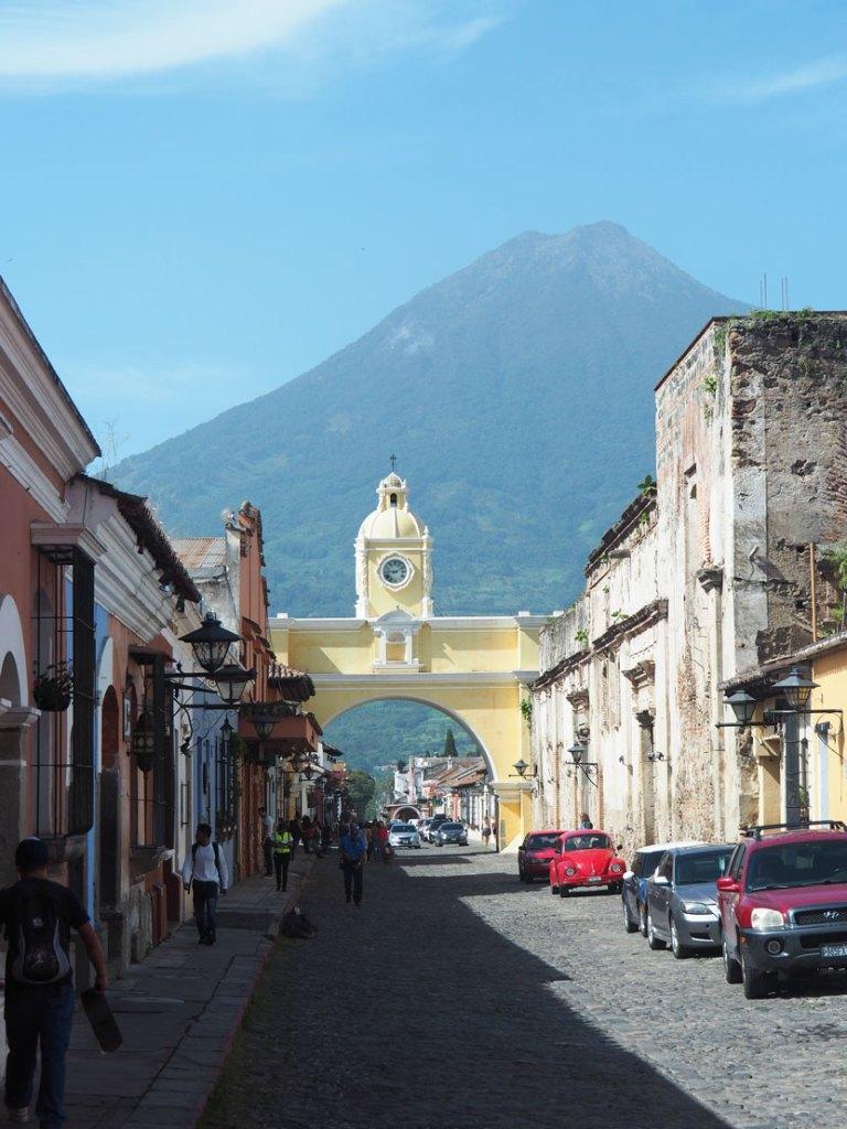 La magnifique vue à Antigua Guatemala sur le volcan Agua et l'arche caractéristique de la ville.