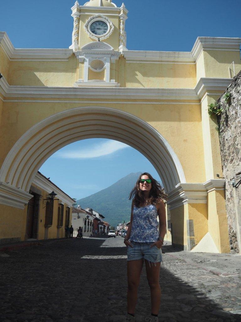 L'Arche de Santa Catalina à Antigua Guatemala avec le volcan Agua derrière.