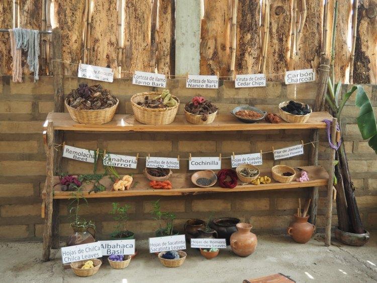 Eléments naturels pour produire des couleurs dans l'atelier de tissage à San Juan La Laguna.