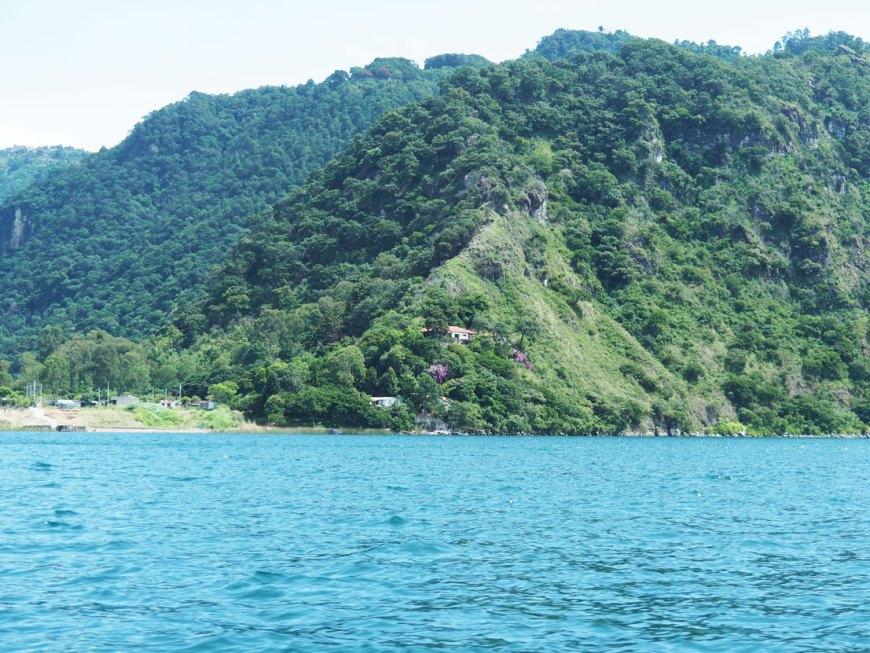 Les rives du lac Atitlán, avec ses montagnes et ses volcans.