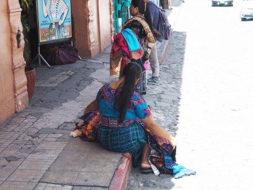 Des vendeuses de souvenirs en habit local dans les rues d'Antigua Guatemala.