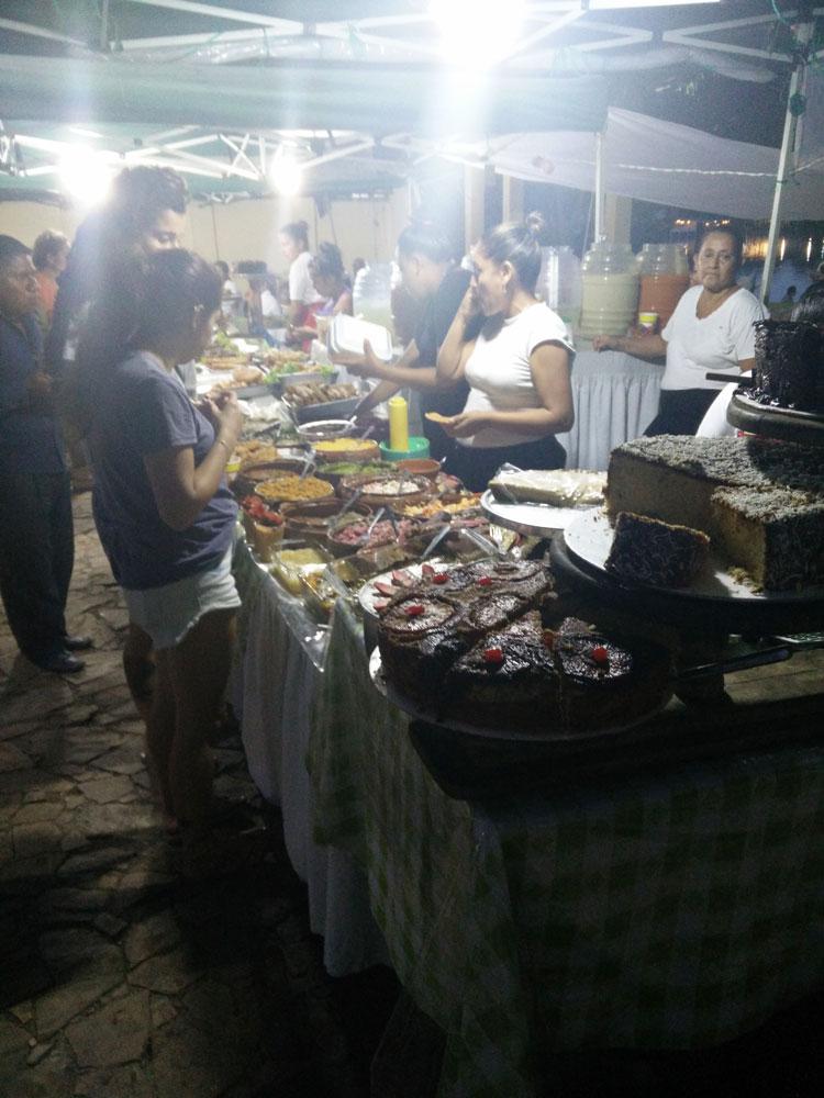 Street food sur les rives du lac Peten Itza près de Flores.