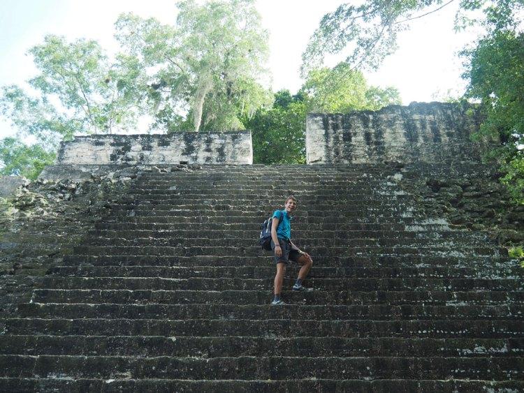 Damien sur les escaliers d'une pyramide à Tikal.