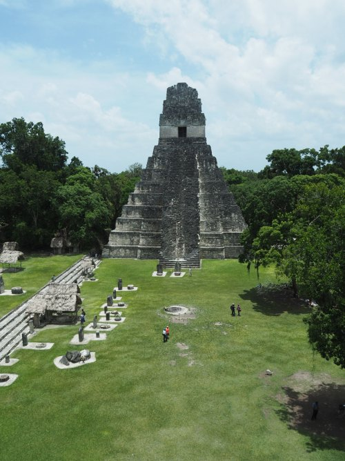 La place principale, Grand Plaza, de Tikal.