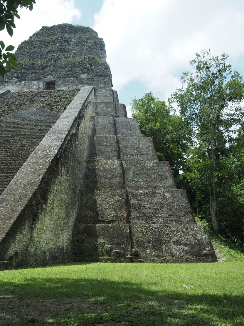 Temple V côté rénové à Tikal, les ruines mayas.
