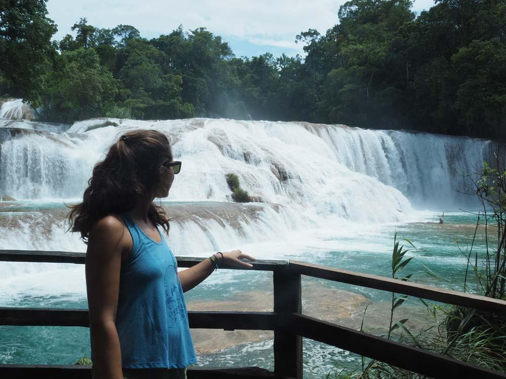 Anaïs devant les bassins et cascades d'Agua Azul, au Mexique.