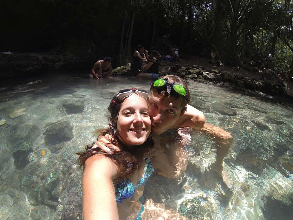 Dans l'eau fraîche du cenote X-Batun.