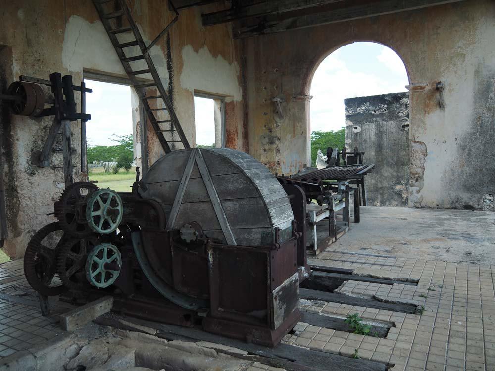 Les anciennes machineries pour travailler la fibre d'henequen au Mexique.