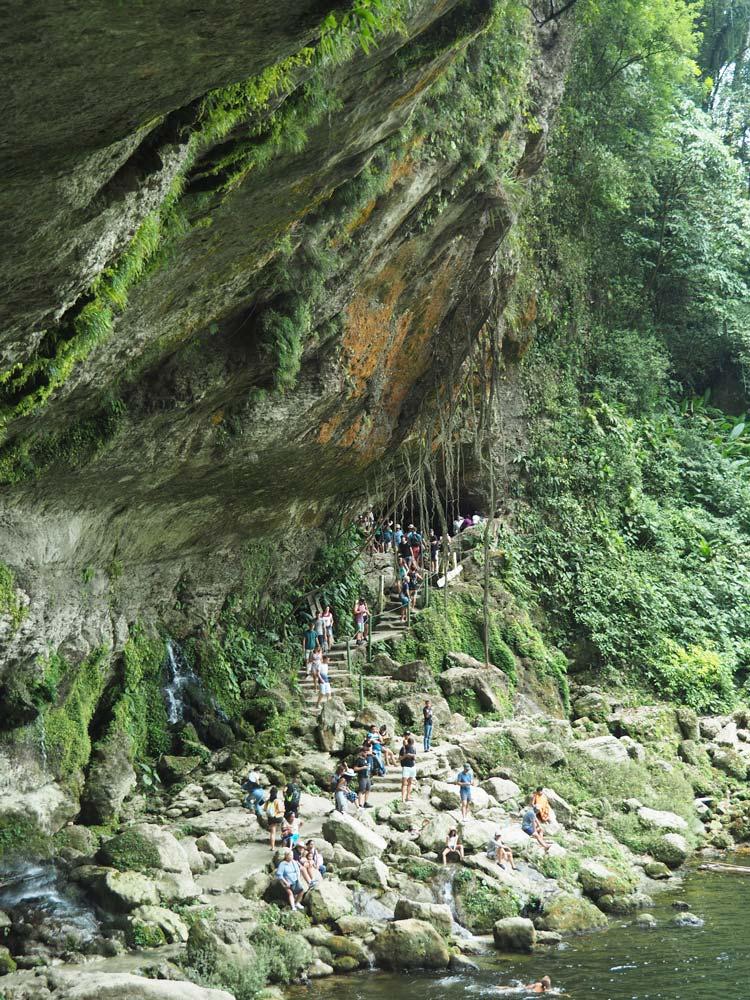 Falaises et roches humides sous la cascade Misol-Ha dans l'Etat du Chiapas au Mexique.