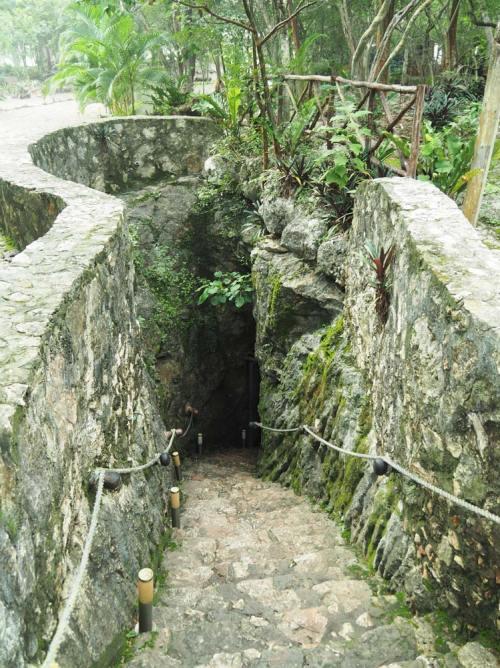 Escalier pour descendre au cénote Samula, dans le Yucatan.