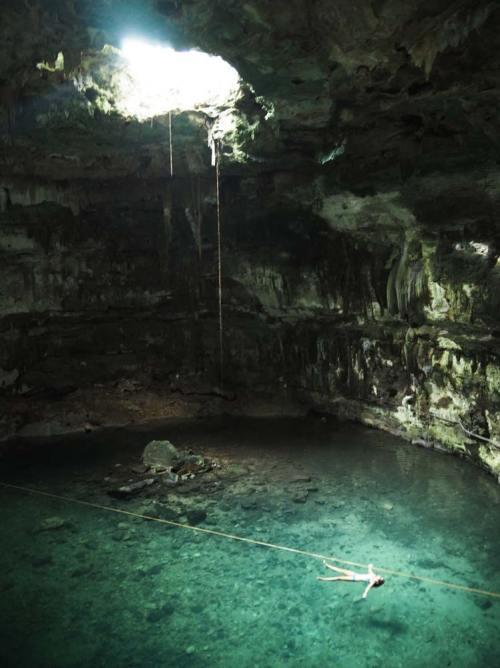 Petite baignade dans le magnifique cénote Samula, au sud de Valladolid, au Mexique.