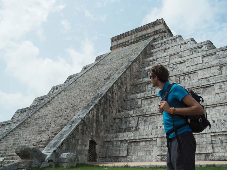 Damien devant la pyramide de Kukulkan au Mexique.