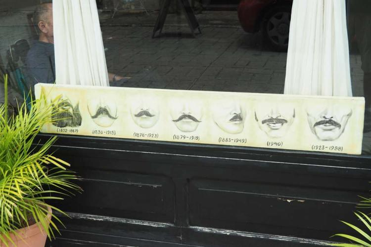 Moustaches possibles chez le barbier à Valladolid, au Mexique.