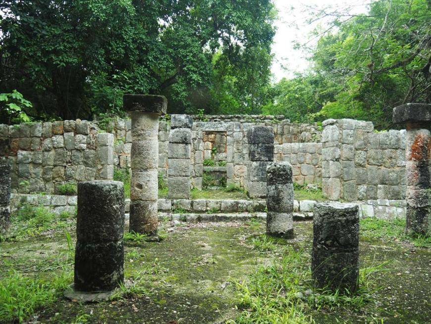Jolies colonnes de pierre devant un des temples de Chichén Itzá.
