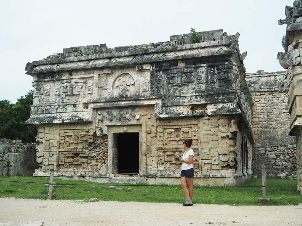 Petit temple décoré à Chichén Itza dans le Yucatan.