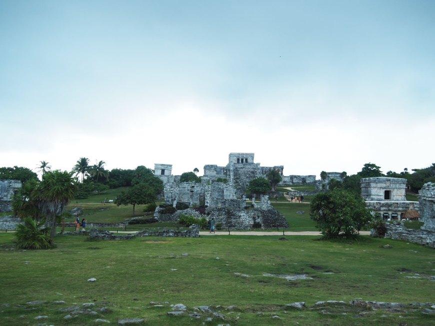 Ruines mayas de Tulum, accrochées à la falaise de la côte Caraïbe.