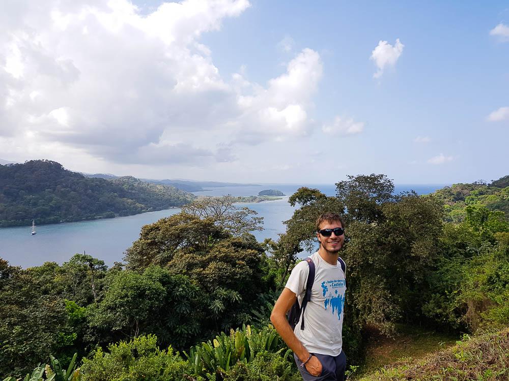 Damien devant la baie de Portobelo, au Panama.