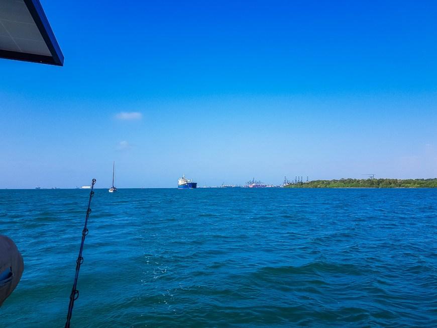 Cargo arrivant devant le canal de Panama côté Atlantique.