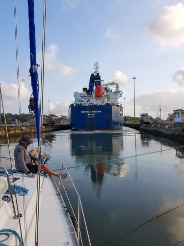 Le cargo qui démarre dans les écluses du canal de Panama.