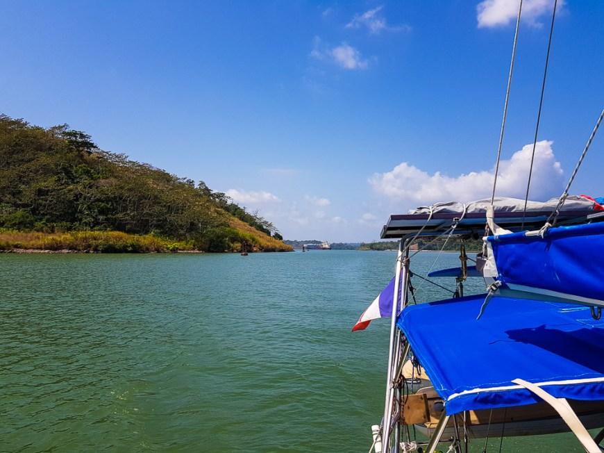 Navigation sur le lac Gatun, sous le soleil de Panama.