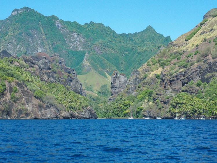 Arrivée sur la baie des Vierges sur l'île de Fatu Hiva aux Marquises.