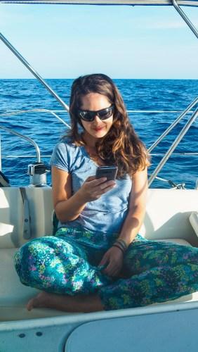Réception des messages sur notre téléphone satellite pendant la traversée du Pacifique.