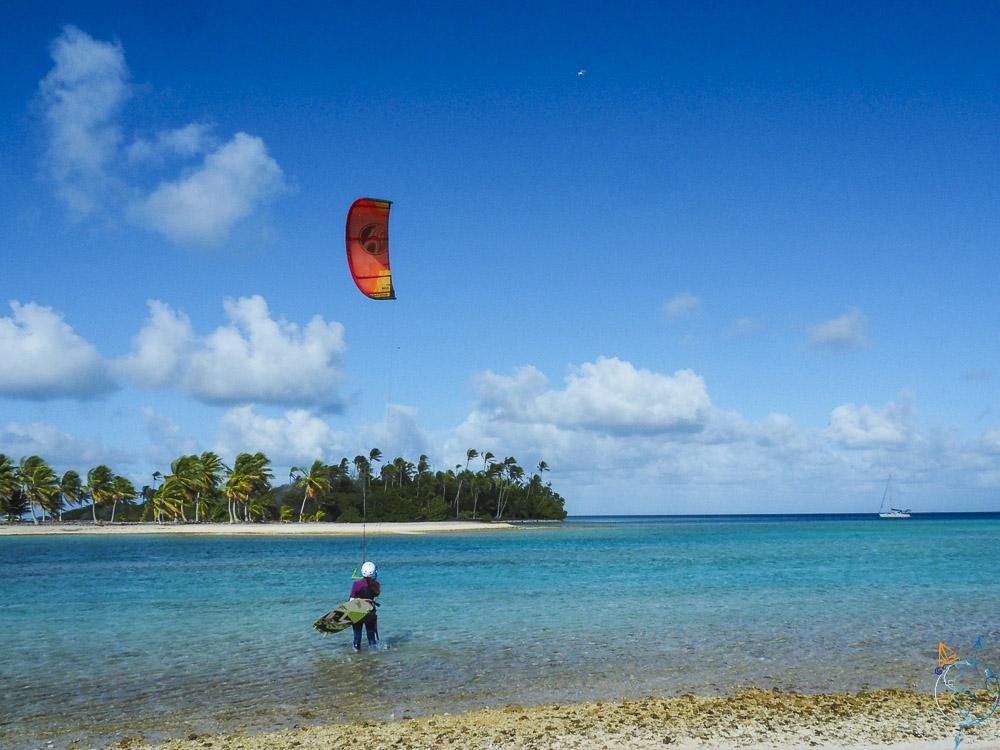 Anaïs qui se lance à l'eau avec le kite.